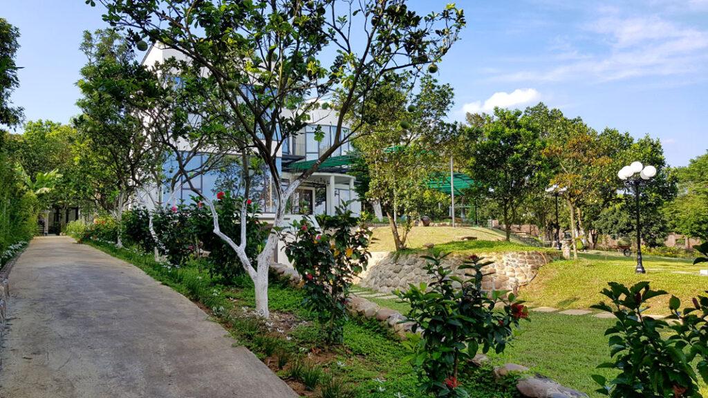 Những con đường chạy quanh khu vườn An garden đầy cây trái để bạn đạp xe thư giãn