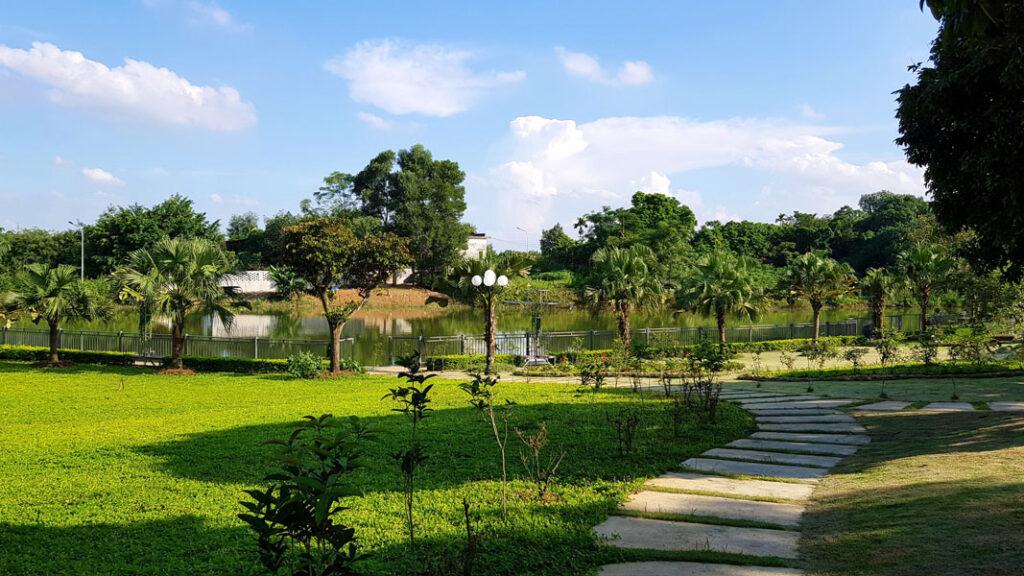 Không gian đầy nắng và cây xanh là địa điểm lý tưởng đề bạn chọn lựa nghỉ dưỡng cuối tuần